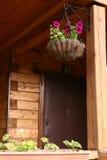 Fine appesa di vimini del canestro del fiore sulla foto Fotografia Stock