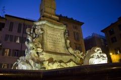 Fine architettonica su della fontana del panteon Immagine Stock