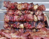 Fine arrostente col barbecue di kebab degli spiedi sul BBQ Fotografia Stock