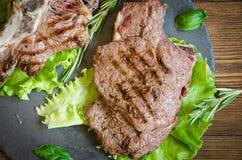Fine arrostita della banda nera della bistecca su fotografie stock libere da diritti