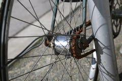 Fine arrugginita della ruota della bicicletta su Fotografia Stock