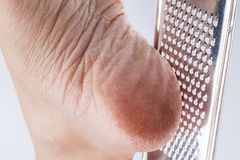 Fine asciutta della donna dei talloni su isolata su fondo bianco Fotografia Stock Libera da Diritti