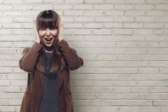 Fine asiatica della donna di affari suo earing Fotografia Stock
