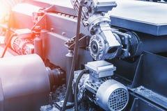 Fine automobilistica industriale dell'attrezzatura della macchina utensile su, fondo astratto del lavoro in metallo di fabbricazi fotografia stock libera da diritti