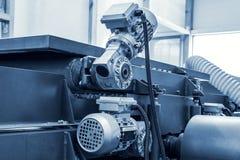 Fine automobilistica industriale dell'attrezzatura della macchina utensile su, fondo astratto del lavoro in metallo di fabbricazi fotografie stock