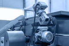 Fine automobilistica industriale dell'attrezzatura della macchina utensile su, fondo astratto del lavoro in metallo di fabbricazi immagine stock