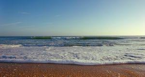 Fine bagnata della spiaggia di sabbia su Immagine Stock