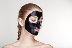 Fine bianca del fondo della maschera del nero di salute di cura di pelle della donna del ritratto di bellezza su Fotografie Stock Libere da Diritti