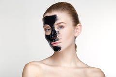 Fine bianca del fondo della maschera del nero di salute di cura di pelle della donna del ritratto di bellezza su Immagini Stock
