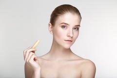 Fine bianca del fondo della maschera del nero di salute di cura di pelle della donna del ritratto di bellezza su Fotografia Stock