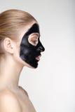 Fine bianca del fondo della maschera del nero di salute di cura di pelle della donna del ritratto di bellezza sul profilo Fotografia Stock Libera da Diritti