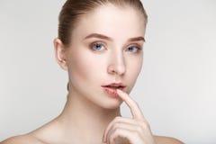 Fine bianca del fondo di salute di cura di pelle della donna del ritratto di bellezza su Fotografie Stock Libere da Diritti