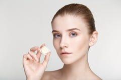 Fine bianca del fondo di salute di cura di pelle della donna del ritratto di bellezza su Immagini Stock Libere da Diritti
