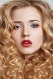 Fine bianca dell'acconciatura del fondo della donna di bellezza su Fotografie Stock Libere da Diritti
