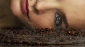 Fine cosmetica di trucco del bello del fronte della donna fronte grazioso sexy di bellezza sull'odore o di sapore del chicco di c stock footage