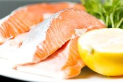Fine cruda della bistecca di color salmone su Fotografie Stock