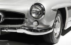 Fine d'annata del faro dell'automobile su Progettazione classica della vecchia automobile di lusso Colori in bianco e nero Fotografia Stock