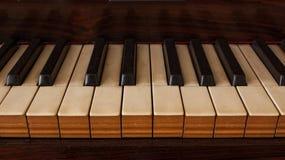 Fine d'annata del pianoforte a coda su immagine stock libera da diritti