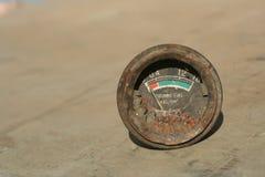 Fine del calibro di combustibile su sui precedenti marroni Fotografie Stock