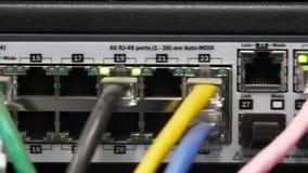 Fine del cursore su dei cavi e delle luci su un server stock footage