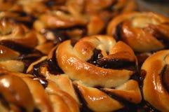 Fine del Danese dei panini di torsione di babka del cioccolato su struttura del backgroud Immagine Stock Libera da Diritti