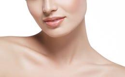 Fine del fronte della donna delle labbra del collo delle spalle bella sul giovane studio del ritratto su bianco Fotografia Stock