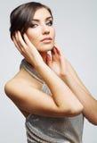 Fine del fronte della donna di bellezza sul ritratto Giovane modello femminile studio Fotografia Stock