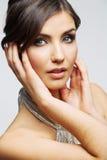 Fine del fronte della donna di bellezza sul ritratto Giovane modello femminile studio Immagine Stock Libera da Diritti