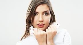 Fine del fronte della donna di bellezza sul ritratto. Giovani pose femminili del modello. Fotografie Stock Libere da Diritti