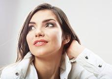 Fine del fronte della donna di bellezza sul ritratto Giovani pose femminili del modello Fotografie Stock Libere da Diritti
