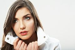 Fine del fronte della donna di bellezza sul ritratto Giovani pose femminili del modello Immagine Stock Libera da Diritti