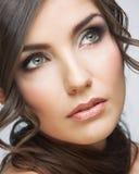 Fine del fronte della donna di bellezza sul ritratto La luce compone Fotografia Stock Libera da Diritti