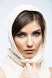 Fine del fronte della donna sul ritratto di bellezza Pose femminili del modello Fotografie Stock Libere da Diritti
