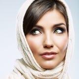 Fine del fronte della donna sul ritratto di bellezza Pose femminili del modello Immagini Stock Libere da Diritti