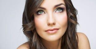 Fine del fronte della donna sul ritratto di bellezza Ragazza con il lookin lungo dei capelli Fotografie Stock Libere da Diritti
