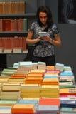 Fine del libro di lettura sulla vista di una mano diritta della donna che tiene un libro aperto Fotografie Stock Libere da Diritti