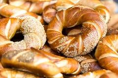 Fine del pane fresco su. Fondo dell'alimento. Pane al forno con intero Wh Fotografia Stock