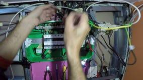 Fine del pannello di controllo di potere di Hands With New dell'elettricista su archivi video