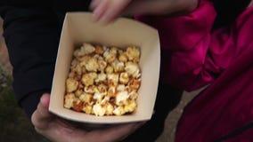 Fine del popcorn di cibo della famiglia su archivi video