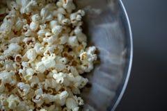 Fine del popcorn su in una macro della ciotola fotografia stock