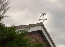 Fine del quadrante del vento su sopra il tetto della casa Immagini Stock