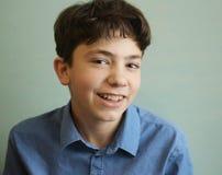 Fine del ragazzo dell'adolescente di sorriso sul ritratto Fotografia Stock