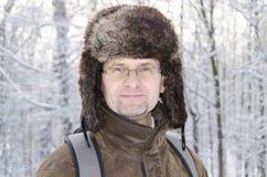 Fine del ritratto su di un uomo in cappuccio della pelliccia fotografie stock
