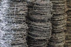 Fine del rotolo del cavo del filo spinato su Fotografia Stock Libera da Diritti