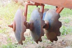 Fine del trattore dell'aratro su sul campo Fotografia Stock Libera da Diritti