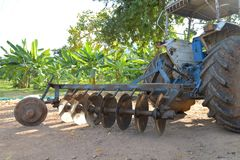 Fine del trattore dell'aratro su sul campo Immagini Stock Libere da Diritti