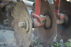 Fine del trattore dell'aratro su sul campo Fotografie Stock Libere da Diritti