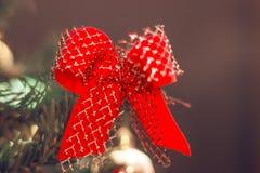 Fine dell'albero di Natale in su Filtro d'annata decorato dall'albero di Natale Albero di Santa Claus immagini stock libere da diritti