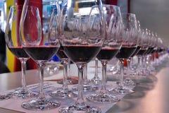 Fine dell'assaggio di vino su dei vetri di vino rosso Fotografia Stock