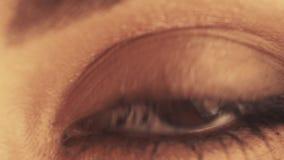 Fine dell'occhio della donna su stock footage